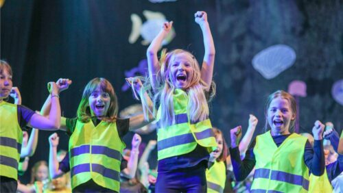 Turnshow - Jubelnde Kinder auf der Bühne - Foto Felix Kuntoro