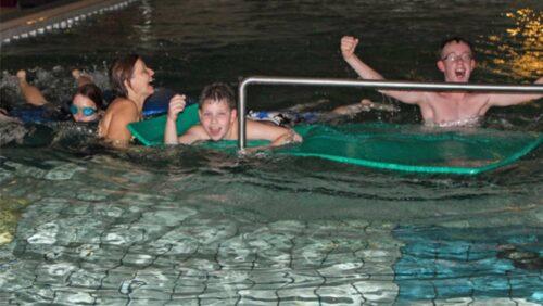 Schwimmkurs fuer behinderte Kinder
