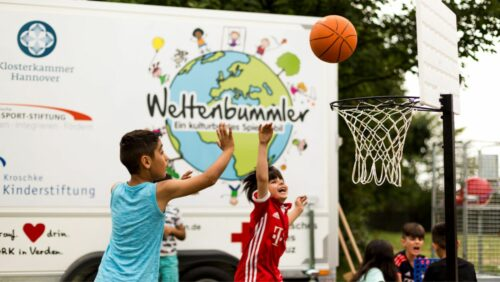 Spielmobil Weltenbummler - Kids spielen Basketball