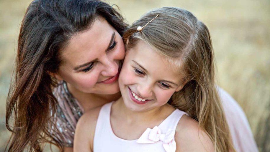 Eltern sein in Corona-Zeiten, Mutter umarmt ihre kleine Tochter