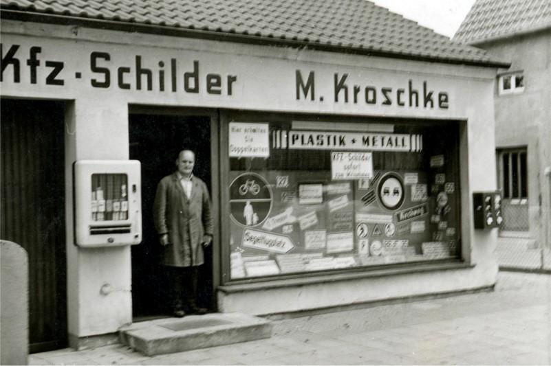 Die Stiftung historisch: Vater Martin Kroschke in seinem Schilder-Geschäft