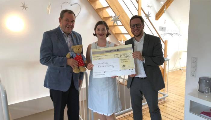 Nadine Volker von Day Spa übergibt die Spende