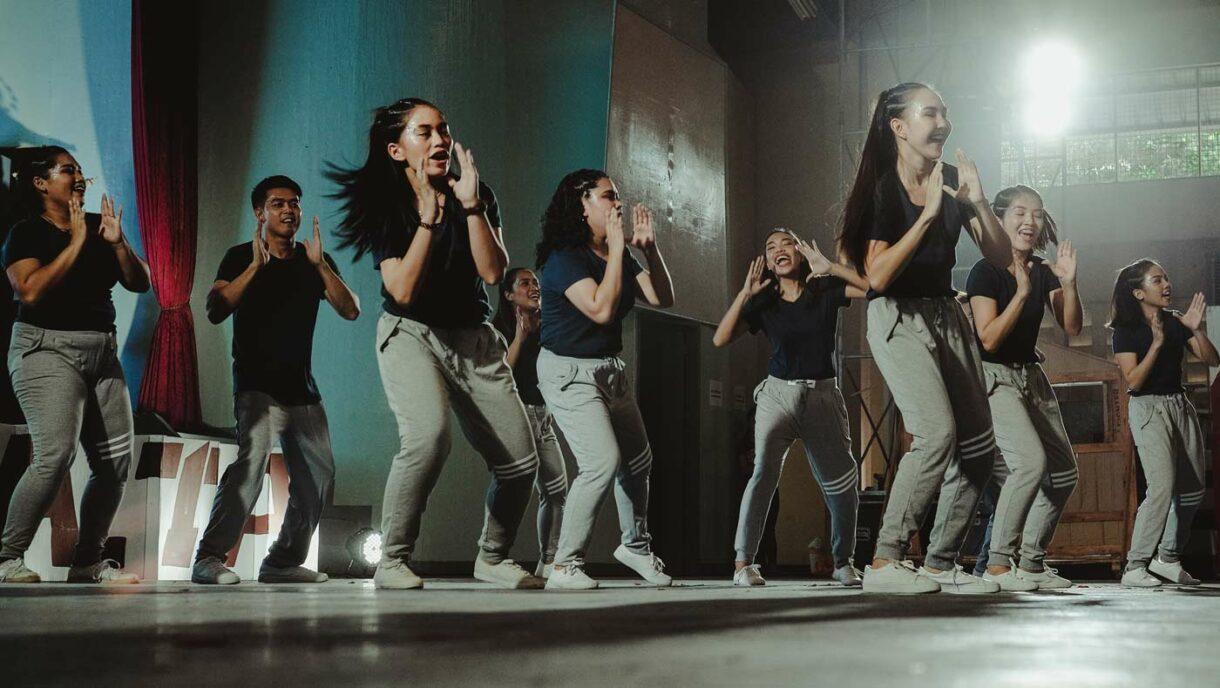 Jugendliche tanzen miteinander