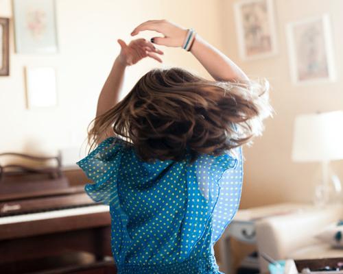 Mädchen tanzt im Kinderzimmer