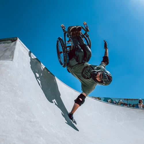 Handplant im Rollstuhl in der Halfpipe gefahren