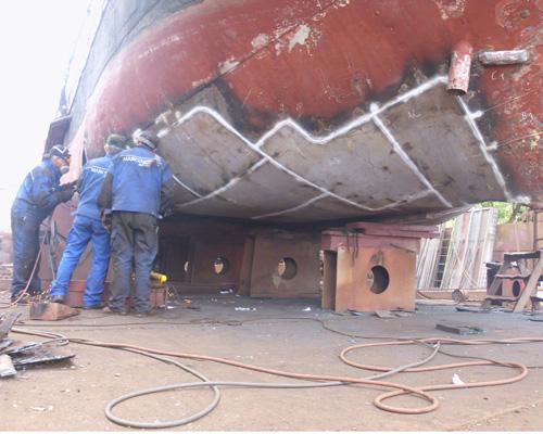 Segelschiff Fortuna in der Werft bei Schweißarbeitben