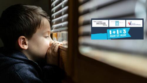 Kleiner Junge schaut alleine aus dem Fenster durch geschlossene Jalousie, iStock-1217131611 Vladimir Vladimirov
